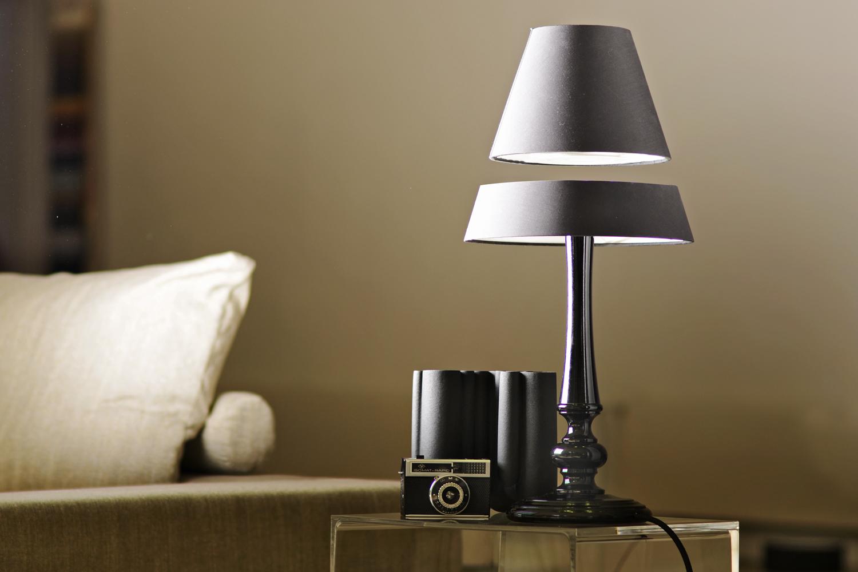 schwebende lampe – mit handkuss