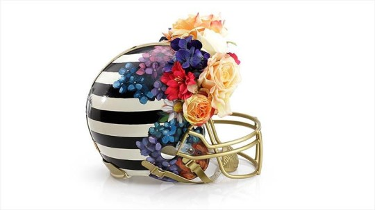Bloomindales_Super_Bowl_Fashion_Helmet_Quelle_media.bloomindales.com_25