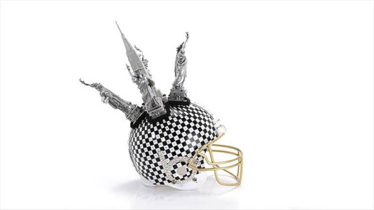 Bloomindales_Super_Bowl_Fashion_Helmet_Quelle_media.bloomindales.com_49